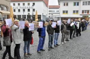 """Mit einer """"Bettelkette"""" machte der SKM in Paderborn auf Armut und Ausgrenzung aufmerksam. (Foto: cpd / Jonas)"""